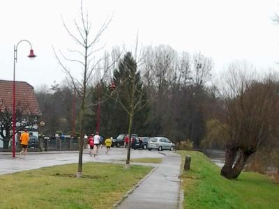Halbmarathon links, Cacheversteckbaum rechts