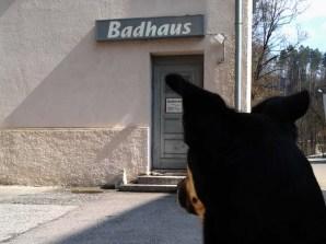 Luis hinter dem Badhaus