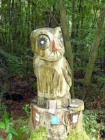 Holzkunst gegen Langeweile auf schnurgeraden Waldwegen