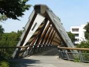 Hier wird der Neckar bedacht überbrückt