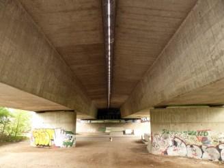 Willkommene (!) Abwechslung: Eine Autobahnbrücke...