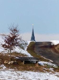 Der Hahn sitzt auf der Kirchturmspitze -- darüber macht man keine Witze