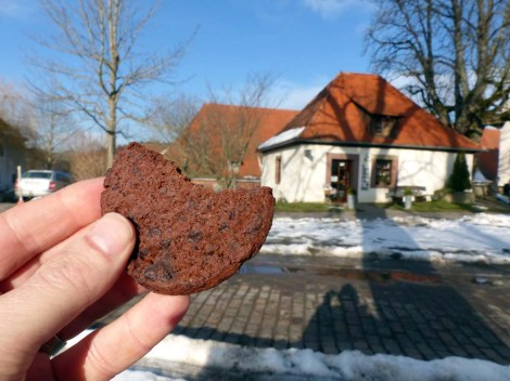 Bio-fairer Schoko-Cookie (links) aus dem Klosterladen (rechts)