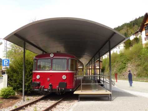 Ein Roter Brummer am Bahnpunkt Schiltach