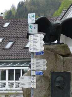 So viele Schilder? Die haben einen Vogel!