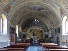 Maximaler Mogno-Kontrast: Kirche in Bignasco
