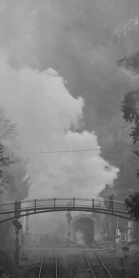 Fußgängersteg mit Schall und Rauch